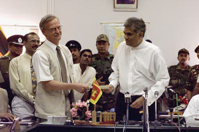 Jon Westburg former Norwegian Ambassador to Colombo, shaking the hand of Ranil Wickramasinghe after signing the CFA agreement on 22 February 2002.