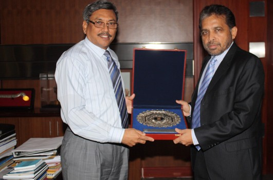 Palitha Kohona presenting Sri Lanka's Defence Secretary Gotabaya Rajapaksa with a plaque. Both Palitha and Gotabaya have been accused of alleged war crimes and crimes against humanity.